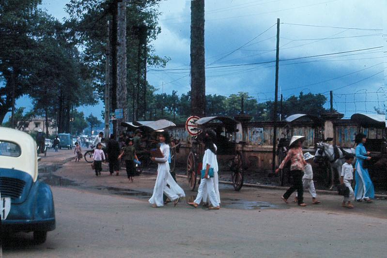 Góc Lê Văn Duyệt - Chi Lăng, Gia Định năm 1965 (đối diện khu vực Lăng Ông ở phía bên trái hình) nay là góc Đinh Tiên Hoàng - Phan Đăng Lưu. Ảnh: Ed Sutkas