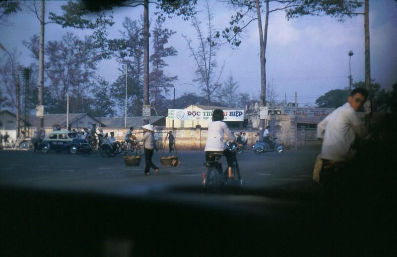 Ngã ba Lê Văn Duyệt - Chi Lăng năm 1967-1968 (phía trong tường rào là trường Nam sinh Lê Quang Định). Ảnh: Bob Diamond