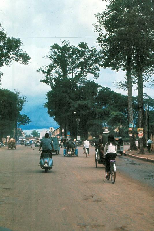 Đại lộ Chi Lăng, tỉnh Gia Định năm 1965, nay là đường Phan Đăng Lưu, Q Bình Thạnh. Ngã ba phía trước là khu vực Lăng Ông, phía xa là chợ Bà Chiểu. Ảnh: Ed Sutkas