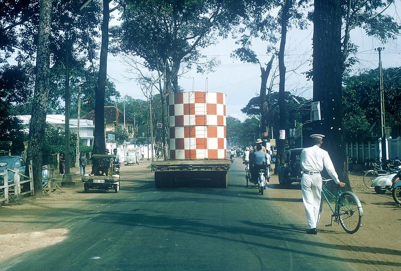 Đại lộ Chi Lăng (tỉnh Gia Định) - 1965, với TY CÔNG CHÁNH nằm ở góc đường Chi Lăng - Hoàng Hoa Thám. Ảnh chụp bởi Gary Mathews