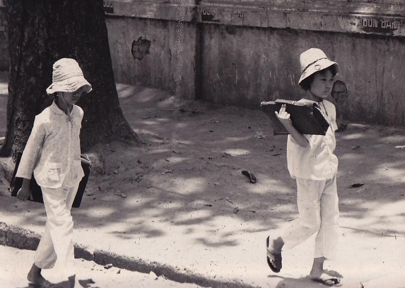 Học sinh trên đường Chi Lăng 1971. Ảnh: Larry Steve Crain