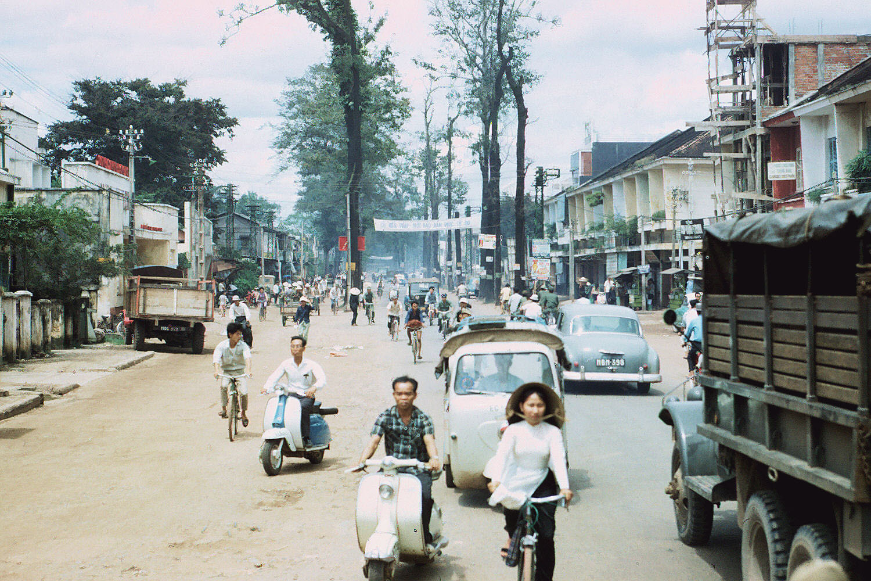 Đường Chi Lăng 1965-1967. Ảnh chụp bởi Bill Russell. Đây là đoạn đường Chi Lăng chạy gần tới đường Ngô Tùng Châu. Các xe vespa đang đi về phía Ngã tư Phú Nhuận.