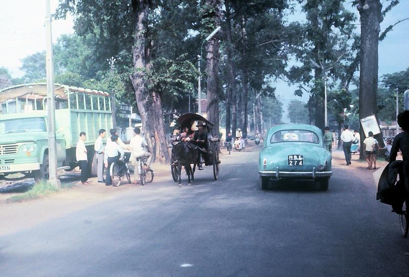 Đại lộ CHI LĂNG, Gia Định 1965 (nay là đường Phan Đăng Lưu). Bên trái bức ảnh, phía sau xe tải là Bót Hàng Keo, ngày nay là Công An Quận Bình Thạnh. Ảnh chụp bởi Gary Mathews.