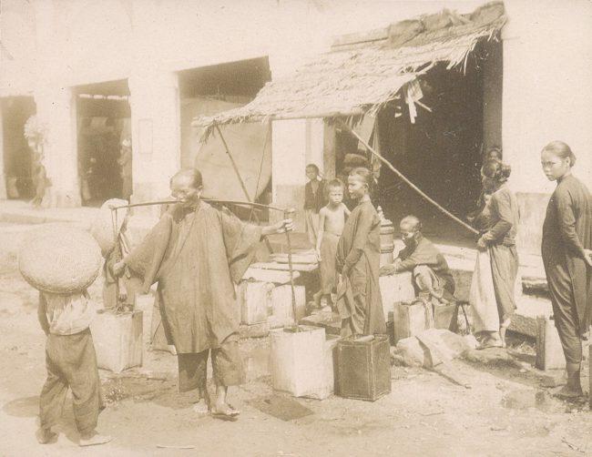 Người dân đi lấy nước tại vòi nước máy công cộng.