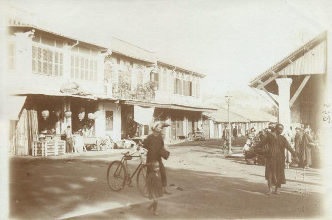 Con đường bên hông chợ cá, nay là đường Châu Văn Liêm. Ở đầu đường này thời thuộc địa có một khu chợ cá khá lớn.