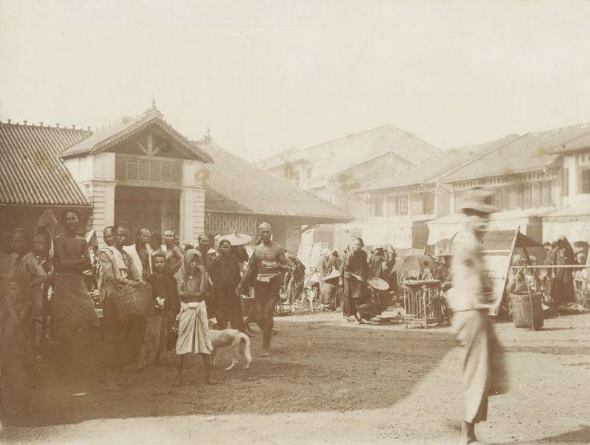 Họp chợ ở khu chợ cũ của Chợ Lớn năm 1902. Khu nhà chợ trong ảnh ngày nay là Bưu điện Chợ Lớn trên đường Hải Thượng Lãn Ông.