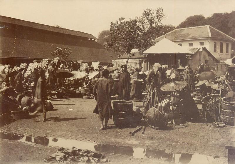 Sài Gòn 1902 - Chợ cũ. Con đường phía sau nhà 2 tầng bên phải là Rue d'Adran, nay là đường Hồ Tùng Mậu