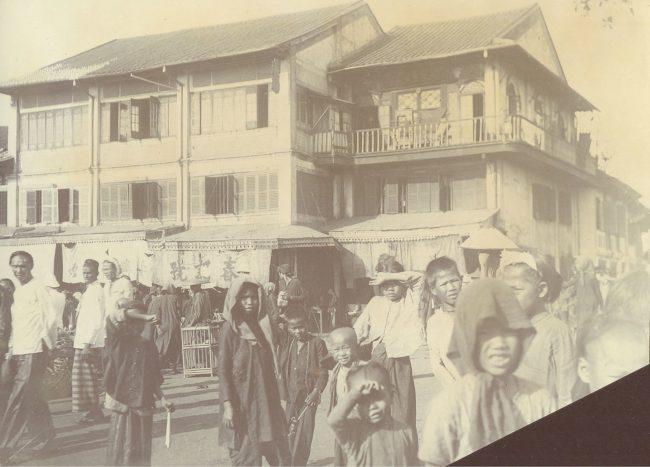 Phía sau là dãy nhà cạnh Chợ Lớn cũ, nay là góc Nguyễn Thi – Hải Thượng Lãn Ông.