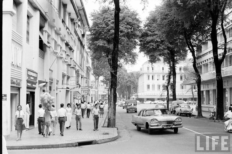 Một góc đường Tự Do - Sài Gòn năm 1961. Đây là một trong những con đường đẹp nhất ở trung tâm Sài Gòn, nay là đường Đồng Khởi.