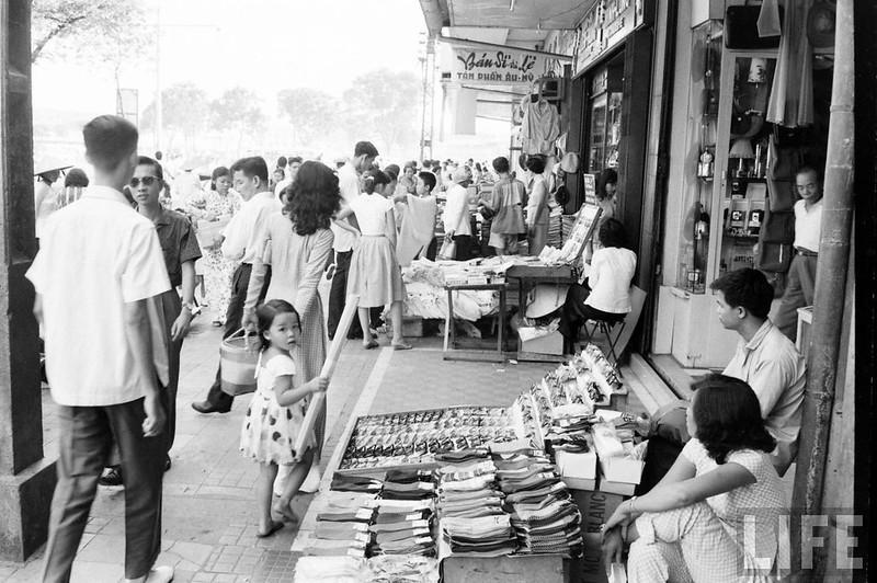 Các cửa tiệm trên vỉ hè đại lộ Lê Lợi 1961