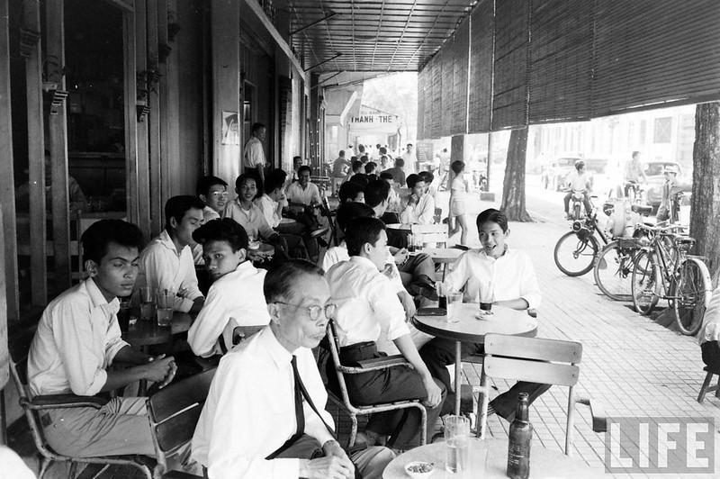 Những dãy bàn kê trên vỉa hè Nguyễn Trung Trực hướng về phía nhà hàng Thanh Thế. Góc Nguyễn Trung Trực - Lê Lợi.