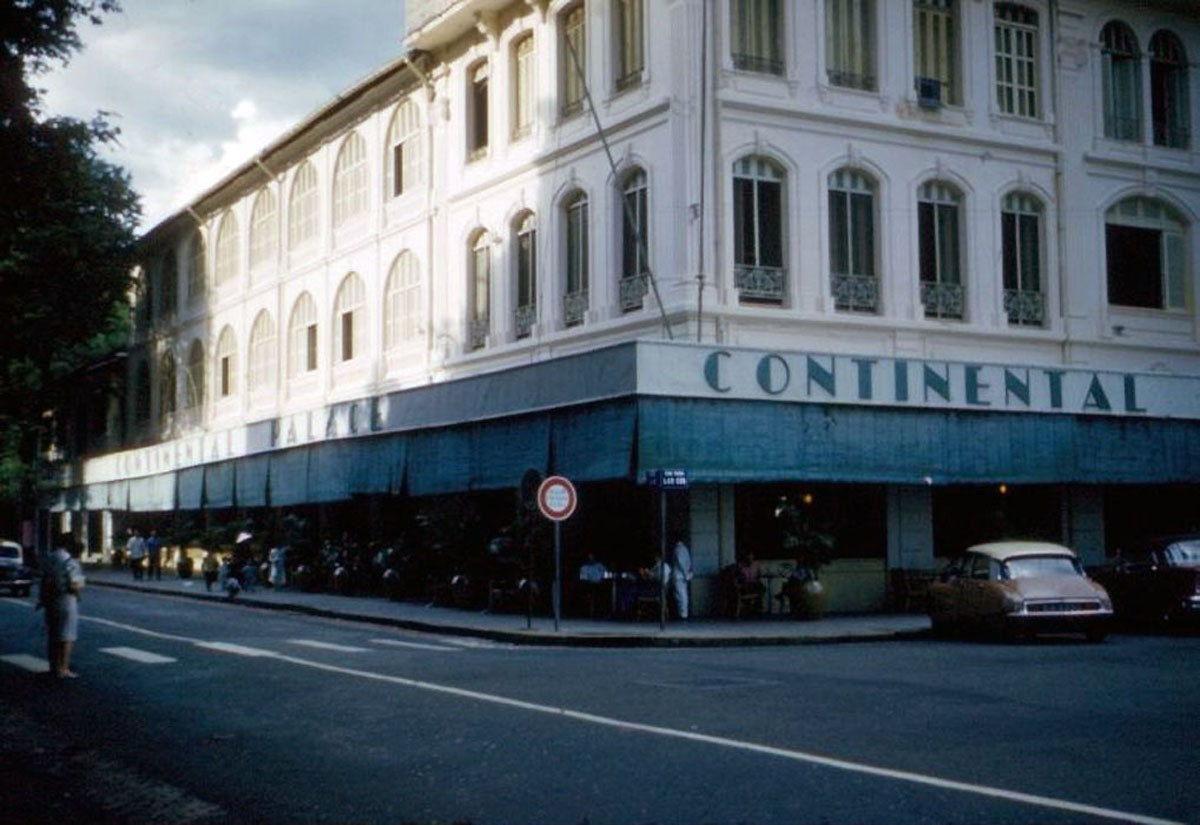 Quán cà phê ở tầng trệt khách sạn Continental Palace. - 1961