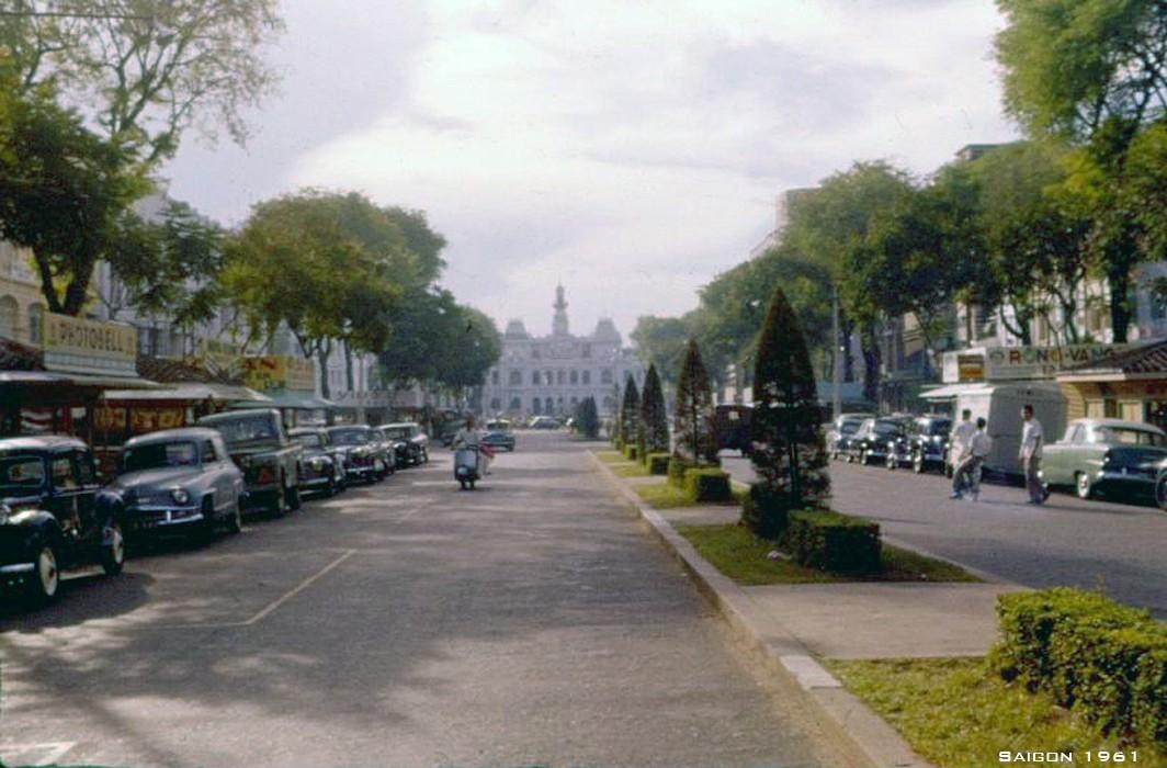 Đại lộ Nguyễn Huệ và Tὸa Đô chính ở phía xa, Sài Gὸn năm 1961.
