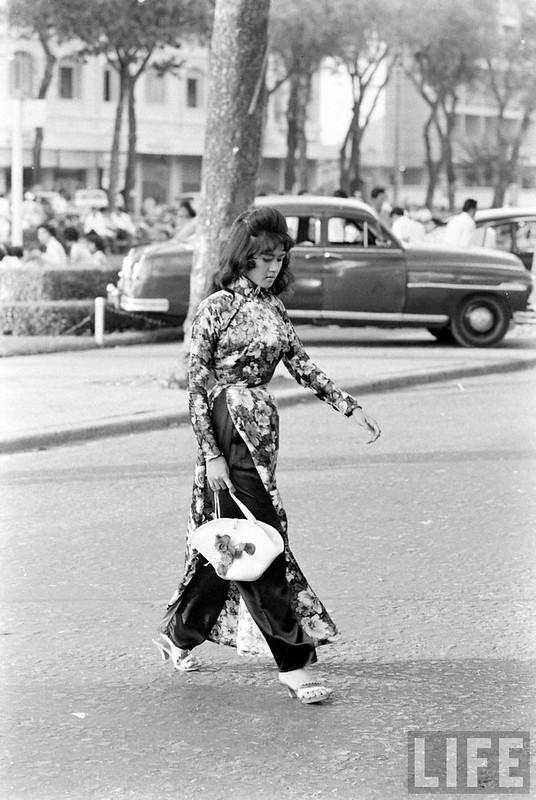 Tà áo dài trên đường phố Sài Gòn 1961. Đa số phụ nữ thời đó mỗi khi ra đường là bận áo dài cho lịch sự, tóc búi cao, xịt keo cứng.