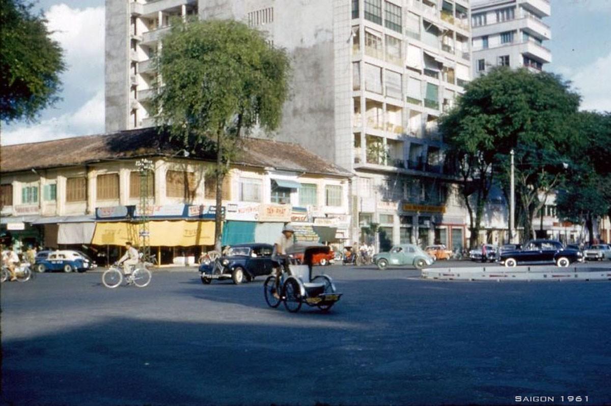 Đại lộ Nguyễn Huệ, bên trái là góc Nguyễn Văn Thinh – Nguyễn Huệ.