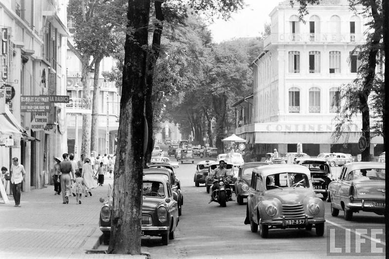 Khung cảnh tấp nập trên đường Tự Do. Có thể thấy khá nhiều xe hơi ở Sài Gòn năm 1961.