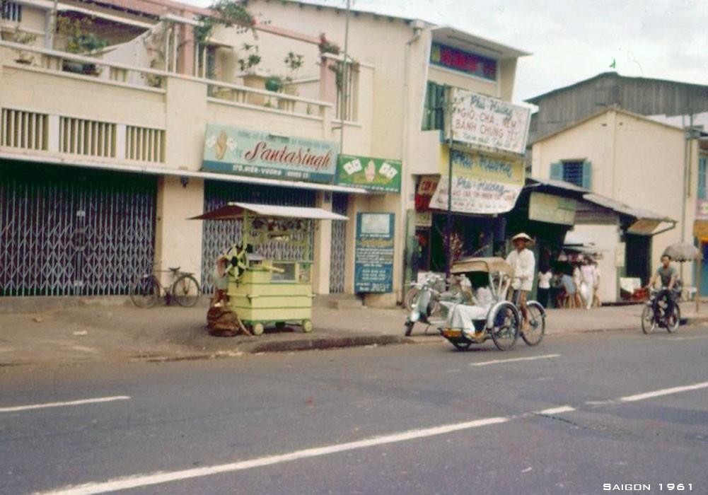 Tiệm giὸ chả Phú Hưσng nổi tiếng và quầy nước mía trên đường Hiền Vương (nay là đường Vō Thị Sáu).