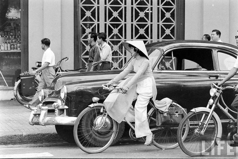 Sài GÒn 1961 - Phía trước tiệm thực phẩm Épicerie Saigonnaise