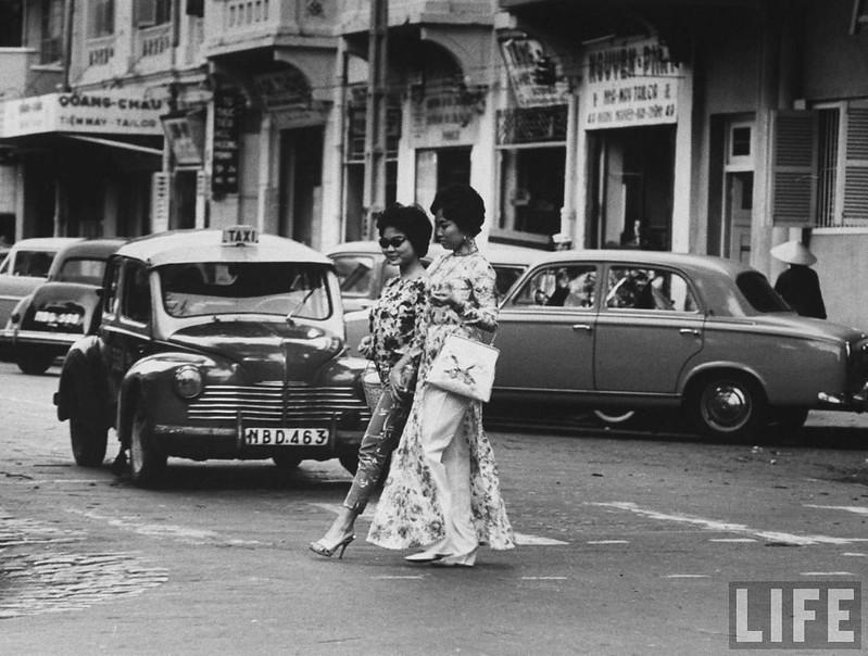 Các cô gái trong tà áo dài trên đường phố Sài Gòn 1961