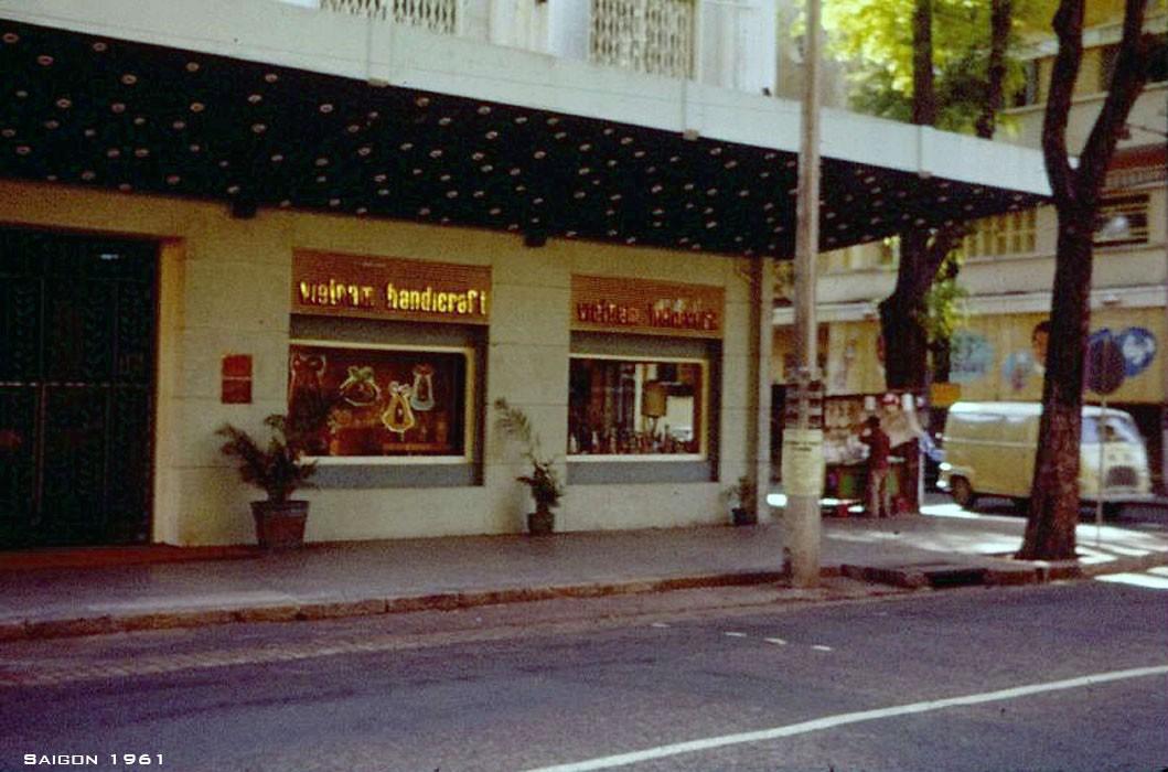 Một cửa hàng bán đồ thủ công mỹ nghệ ở gόc Tự Do – Thái Lập Thành, nay là gόc Đồng Khởi – Đông Du.