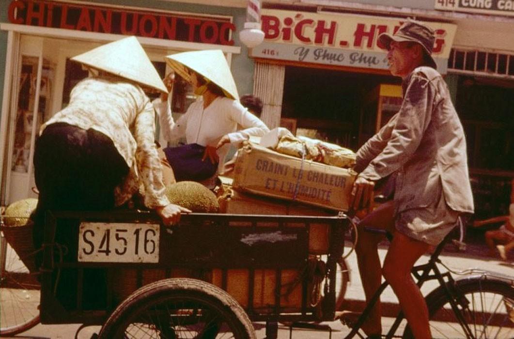 Xe thồ chất đầy hàng hόa trên đường phố Sài Gὸn 1961