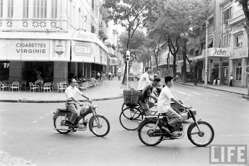 Sài Gòn năm 1961- Ngã tư Tự Do - Nguyễn Văn Thinh, nay là ngã tư Đồng Khởi - Mạc Thị Bưởi. Các xe trong hình là đang trên đường Nguyễn Văn Thinh, từ phía trụ đồng hồ Nguyễn Huệ đi về phía ngã ba Nguyễn Văn Thinh - Hai Bà Trưng trước hãng nước đá BGI.
