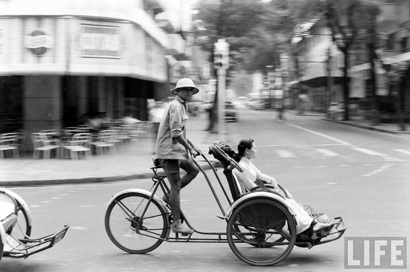 Xích lô trên đường phố Sài Gòn 1961